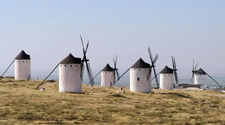 Seis molinos de viento en una colina de Campo de Criptana