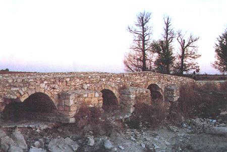 Antiguo puente de piedra