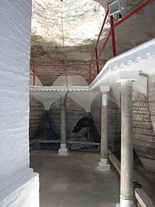 Cueva bodega con tinajas